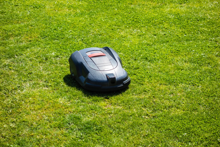 How are Robotic Lawnmowers Different from Traditional Mowers
